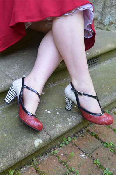 La Veintinueve t-bar heels red white black cloe