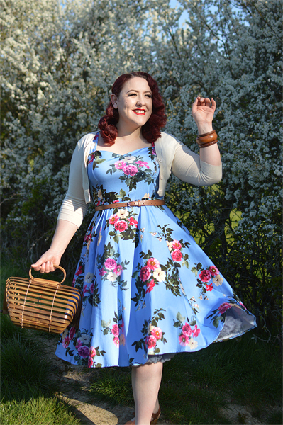 Plus size pinup Miss Amy May models the Jolene Floral dress gifted by Hearts and Roses London for a fit and size review